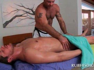 Burro reto do parafuso prisioneiro pelo masseur muscled alegre horny
