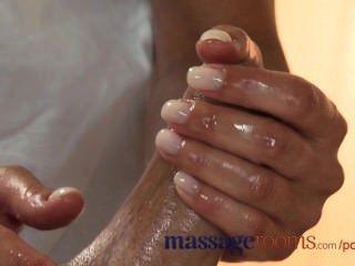 Salas de massagem quente loira jovem leva um galo de gordura em seu bichano raspado apertado