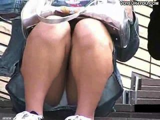 Escada aberta pernas largas sob calcinha