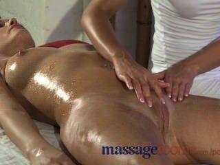 Salas de massagem naturais grandes mamas são oleadas e massagens como preliminares para uma foda