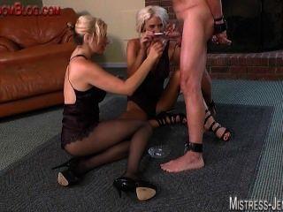 Tortura bola de cockand e chicoteando por dois dominatrix sádico sadista