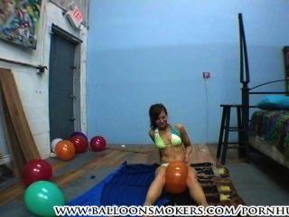 Adolescente em bikini pops balões