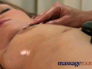 Massagem lésbica leva a um orgasmo incrível