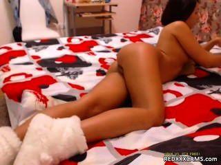 Masturbando-se em calcinhas de um sutiã e meias pretas redxxxcams.com