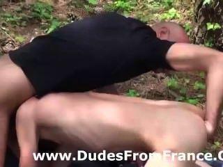 Mestre gay domina e punhos rapaz em madeiras