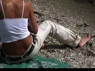 Nudista adolescente não tímido sobre posar nu na praia