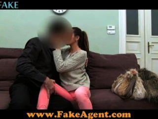 Falsa pornô agente fodendo garota amadora