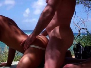 Musculoso dude fode um asiático na praia