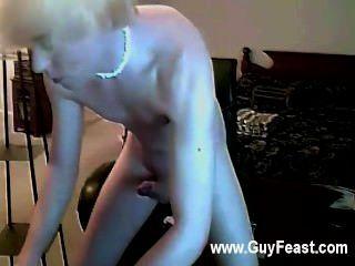 Sexy gay que é até este chab começa esfregando sua vara durante todo seu