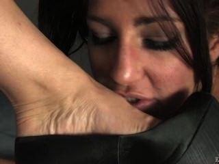Pés femininos adoram debaixo da mesa