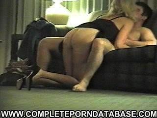Amadora loira loira chupar um grande galo na webcam