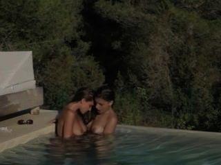 Brunette lezzs fazer amor na piscina