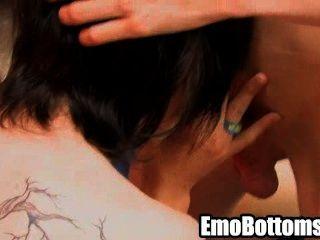Horny emo twink milhas orgulha chupar um pau duro