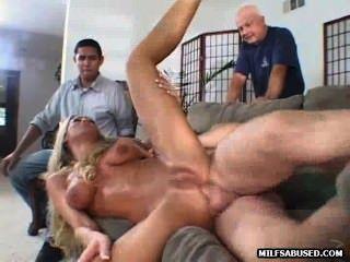 Sexy loura milf fica fodido na frente de uma multidão