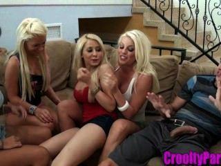 4 babes quentes sugando um galo na sala de estar