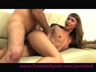 Agente feminina.Prazer anal no sofá de fundição