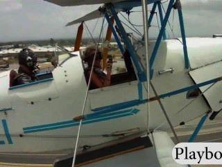Sexy playmates com enormes boobs experimentar condução de um biplano