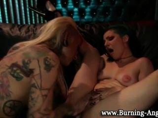 Tatuagem emo punk lésbica oral