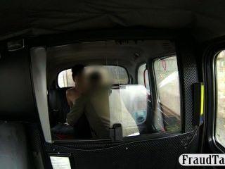 Garota amadora fica seu creampie bichano jizzed em um táxi