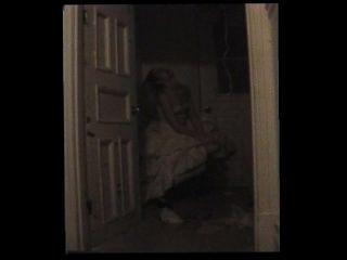 Desorientada prostituta presa no armário