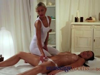 Sala de massagem moist rapariga fica difícil digitar e lambendo até clímax