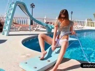Ivana provocando seu corpo quente com uma mangueira junto à piscina