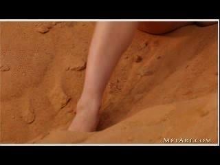 Jovem morena posando em um deserto (sem áudio)