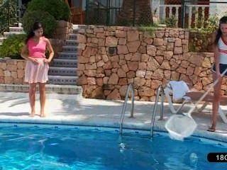 Adorável lésbicas jogar à beira da piscina