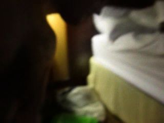 Facial e foda-se em um quarto de hotel trashed