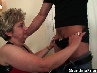 Ela toma dois pauzinhos de uma vez após a masturbação