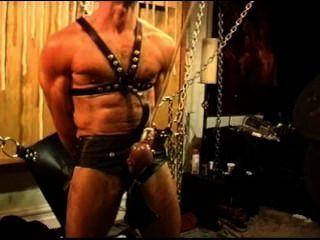 Cbt sensual de cinco homens, orgy do bdsm que caracteriza ursos e lontras.Pt 1