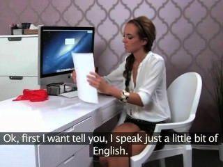 Agente feminino fode cara em entrevista