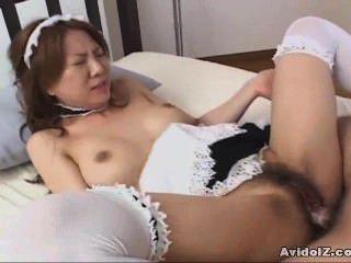 Babe japonês fodido vestido como uma empregada doméstica sem censura