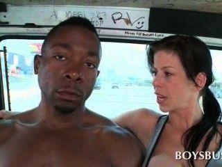 Doce menino africano seduzido por um vagabundo peito no ônibus