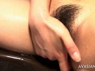 Horny asian masturbar-se duro seu bichano escorregadio no banheiro