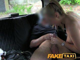 Mulher quente da polícia do faketaxi na vingança do táxi