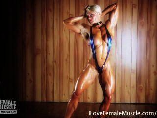 Menina do músculo incrível brigita brezovac flexionando seu hardbody final