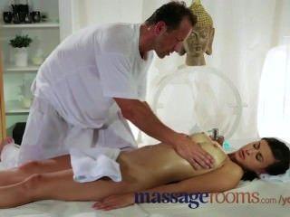 Bela e sexy morena com mamas grandes recebe uma massagem e foda com cont