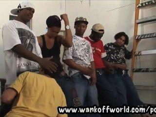 5 negros bandidos gangbang menino local em armazém abandonado