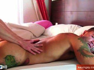 Quem quer uma massagem?Este sujeito atletic quente era muito excited para tê-lo!