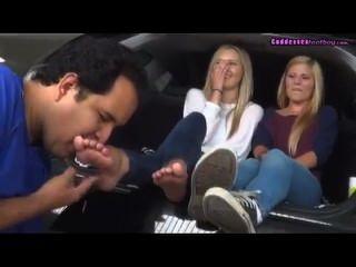 Adoração 2 pés louros jovens no carro