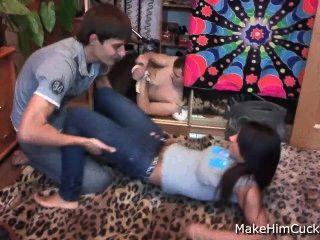 Enganando namorado amarrado relógios sua garota fodendo um estranho