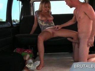 Loira sexy amador menina montando pênis enorme no sexo ônibus