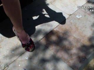 Plataformas sandálias cunhas pernas e pés sexy