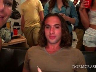 Meninos da faculdade começ dicks soprado em uma fileira por pornstars \|Amador|dormitório|faculdade|grupo|hardcore|gangbang|festa|estudante|Rrr|hardcore|faculdade|gangbang|Rrr|