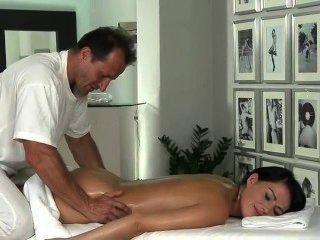 Morena quente recebe rimming por massagista