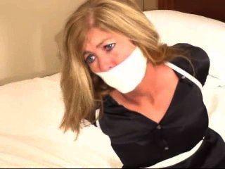 Repórter em um quarto de motel