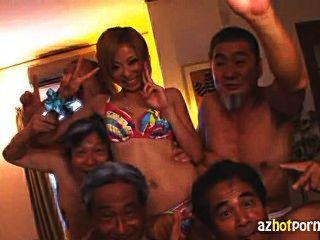 Empregada japonesa fodida por homens velhos sujos
