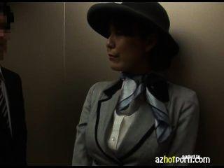 Sexo asiático em um elevador público