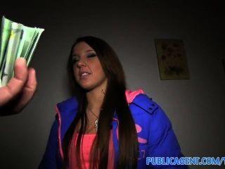 A fim de ganhar algum dinheiro, morena bonito vai em um quicky com um estranho